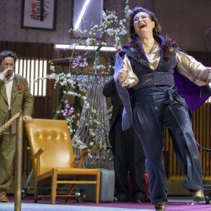 Heidi Heralan näyttelemä Ranevskaja tanssii iloisena kirsikkapuiden katveessa.