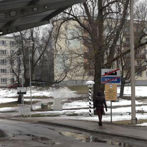 En dam går över gränsen mellan tvillingstäderna Valga i Estland och Valka i Lettland.