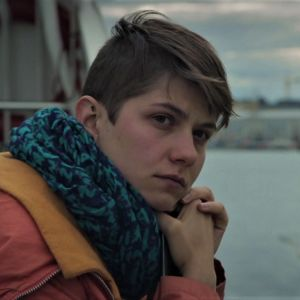 Mirna Kulas seisoo Suomenlinnan lautalla.