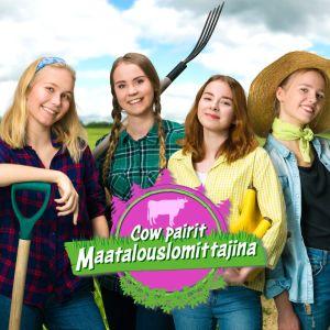 Neljä nuorta naista maataloustyöntekijöinä, taustalla viljapelto.