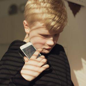 Rafael kännykkänsä kanssa.
