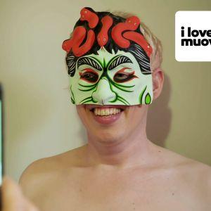 Taiteilija Toni Kitti naamari päässä.