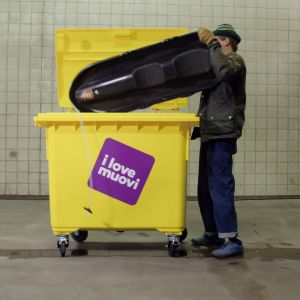 Toimittaja Jussi Nygren laittaa pulkan muoviroskikseen.