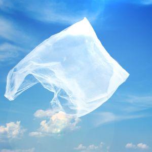 muovipussi lentää sinisellä taivaalla