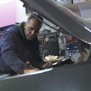 Fawaz Arafeh studerar en bilmotor.