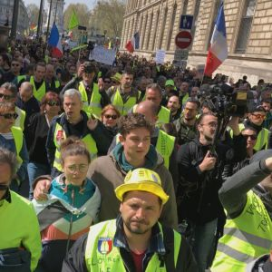 De Gula västarna protesterar på Paris gator