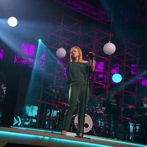 Laura Voutilainen esiintyy, kuvassa myös kitaristi Marzi Nyman.