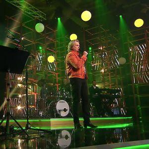 Pepe Willberg esiintyy tv-studiossa