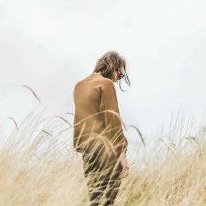 Nainen niityn keskellä.