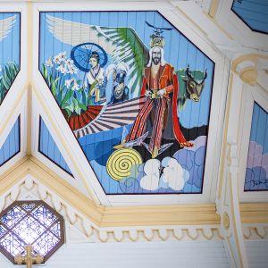 Toivakan kirkon kattomaalaukset: viisi viisasta neitsyttä ja Jeesus.