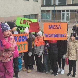 Pihkoon koululaiset ja vanhempainyhdistys järjestivät mielenilmauksen uuden koulun puolesta.