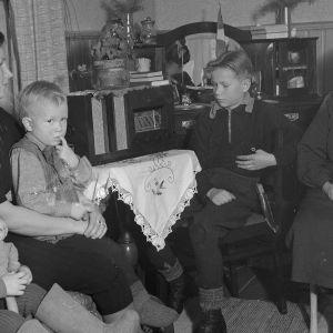 Perhe kuuntelemassa radiota