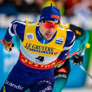 Kuvassa hiihtäjä.
