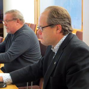 Jouko Pasoja ja Tero Nissinen istuvat pöydän ääressä.