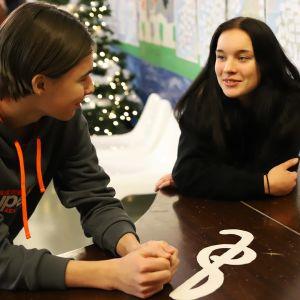 Joona Kaario ja Selja Leiwo miettivät seksuaaliterveyteen liittyviä kysymyksiä Vasaramäen koulussa.