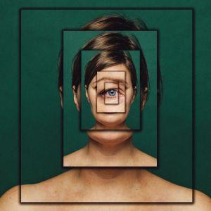 Kuvassa naisen kasvot näkyvät kaleidoskooppimaisena rakenteena