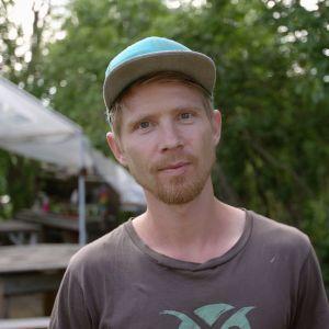 David Roxendal ute på sin gård i Dalarna.