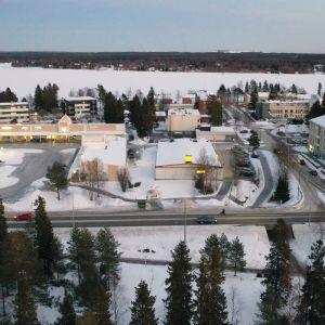 Keminmaan liikekeskus ja kunnantalo kuvauskopterilla kuvattuna