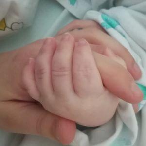 Konsta ja äiti käsi kädessä