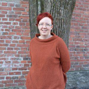 Idun Hellström framför ett träd