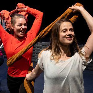 Eveliina Vartiainen, Ida Teeri, Anna-Maria Paadar ja Eerika Kraft tanssiharjoituksissa.
