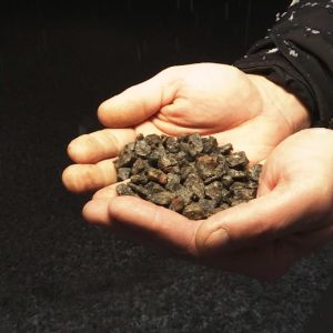 Kierrätettyä hiekoitussepeliä Raahessa sijaitsevan Fescon Oy:n toimitiloissa.