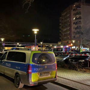 Kuvassa poliisiautoja sekä ambulansseja Hanaussa, Saksassa.