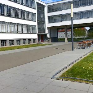 Arkkitehtuurikuva Bauhausin rakennuksesta Dessaussa, Saksassa.