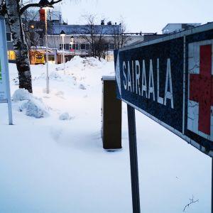 Sairaalakyltti Länsi-Pohjan keskussairaalan edessä. Takana sairaalan edessä näkyy ambulanssi.