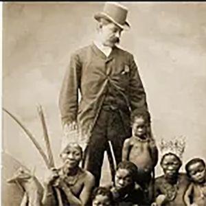 Siirtomaaisäntä ja pygmiperhe postikortissa 1800-luvulla