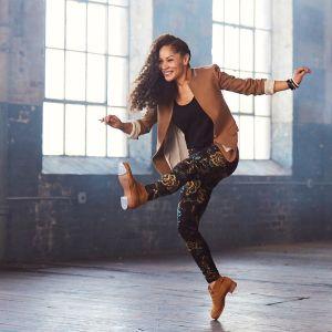 Nainen tanssii steppikengissä.