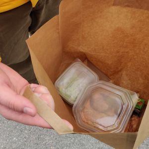 Opiskelijaruokaa paperisessa pussissa