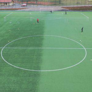 Pelaajat FC Lahden harjoituksessa ovat turvavälin päässä toisistaan.