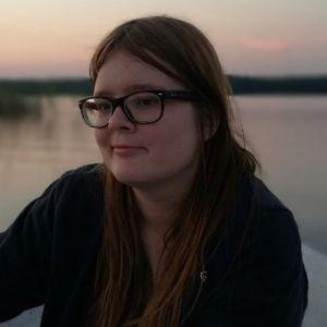 Wilma Weckström veneellä.