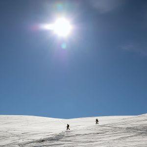 Kaksi hiihtäjää Pallastunturilla.