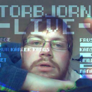 En man med glasögon bland text.