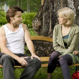 Karjalan kunnailla -sarjan tähtinäyttelijät Peter Franzén ja Laura Birn.