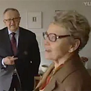 Ahtisaaret kotonaan.