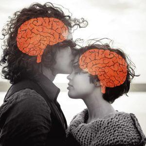 Mies suutelee naista otsalle kuin lohduttaakseen.