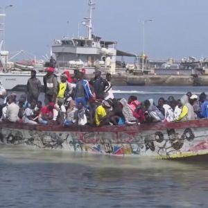 Många senegaleser vill pröva sin lycka i Europa. De kommer i små båtar och alla klarar inte av resan. 19.11.2020