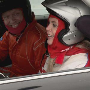 Kauppias Topi Jylhä ja juontaja Susanna Laine istuvat rata-autossa.