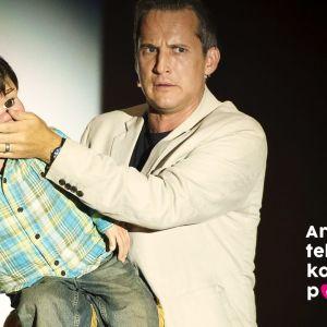 Vatsastapuhuja Ryan pitää kättä nukkensa Jeffreyn suun edessä.