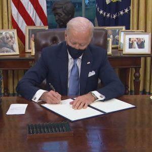 Joe Biden undertecknar presidentdekret