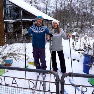 Jim och Lee på skidor i Strömsös trädgård.