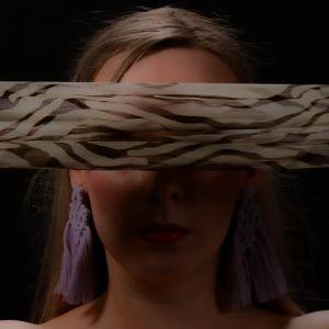 Naisen kasvot, silmien edessä huivi
