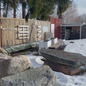 Kesäteatterilavasteet lumen keskellä Kajaanin Paltaniemellä.