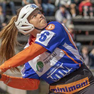 Alexandra Scheweleff lyömässä