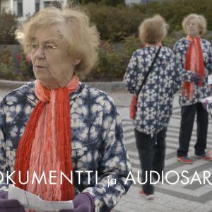 vanha nainen on eksyksissä labyrinttimaisella kävelytiellä ja hahmo monistuu kuvassa