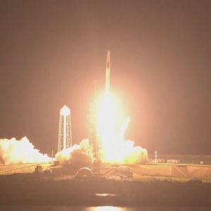 SpaceX rymdraket lyfter från rymdcentret Kennedy i Florida