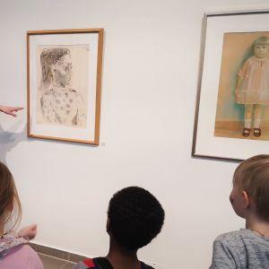 Vt.museonjohtaja Tanja Kavasvuo esittelee Picasson työtä lapsille.